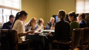 Työryhmätyökentelyä hallitusneuvotteluissa Säätytalolla.