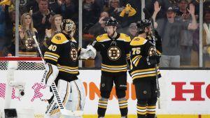 Bostonin pelaajat onnittelevat Tuukka Raskia voiton jälkeen.