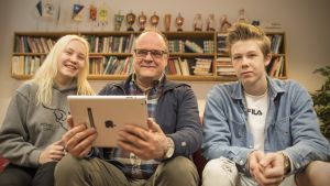 Opiskelijat Aliisa Pekkanen ja Matias Kanniainen rehtori-opo Juhani Räsäsen juttusilla.