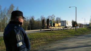 Ylikonstaapeli Vesa-Matti Viirre seisoo ja katselee Perhonjoen yli kulkevaa liikennettä.