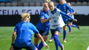 Naisten jalkapallomaajoukkue harjoituksissa.