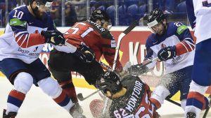 Kanadan Brandon Montour kaatuu jäänpintaan.