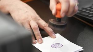 Äänestyslipun leimaus äänestyspaikalla