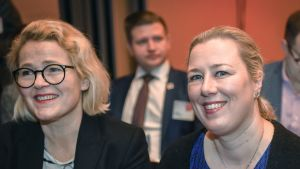 Miapetra Kumpula-Natri (vasemmalla) ja Jutta Urpilainen.