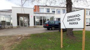 Eurovaalien ennakkoäänestyspaikka Viinijärven koululla Liperissä.