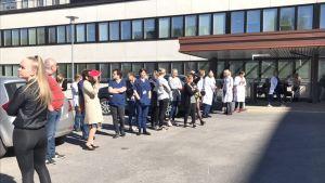 Lahden kaupunginsairaalan ulkopuolella odotetaan hälytyksen vuoksi.