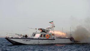 Pieni iranilainen sota-alus ampuu ohjuksen. Kuva vuodelta 2011.
