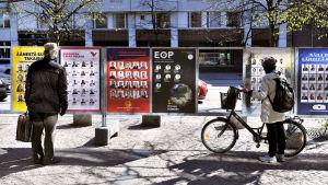 Kansalaiset tutkivat europarlamenttivaalien ulkomainontaa.