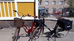 Kaksi polkupyörää seisoo pihalla.