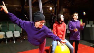 Kolme naista tekee sirkustemppuja