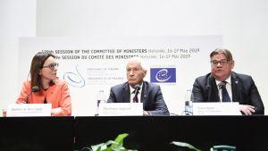Amélie de Montchalin, Thorbjørn Jagland ja Timo Soini lehdistötilaisuudessa.