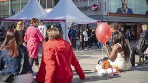 Ihmisiä Kirkkopäivien aikaan Jyväskylän kävelykadulla.