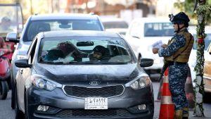 Poliisi vartioi autojen tarkastuspaikalla Bagdadissa viime viikon sunnuntaina.