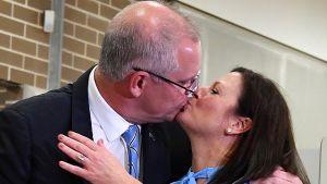 Australian pääministeri Scott Morrison suutelee vaimoaan.