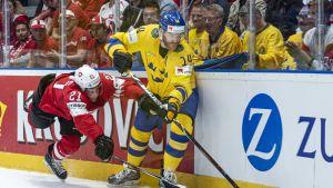 Ruotsin Mattias Ekholm ja Sveitsin Kevin Fiala taistelevat kiekosta.