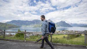 Mies oli matkalla ampumaradalle Sveitsin Beckenriedissä viime viikolla.