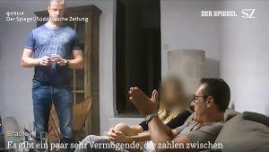 Heinz-Christian Strache ja venäläisen oligarkin varakas sukulaisnainen Ibizan huvilalla istuvat sohvalla.