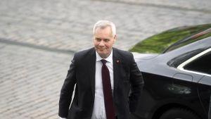 Antti Rinne saapumassa Säätytalolle.