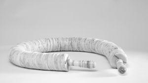 Korutaiteilija Tarja Tuupasen tekemän marmorinen koruteos.