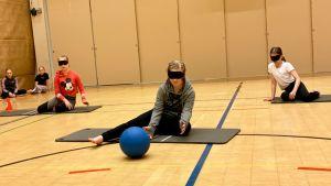 Koululaiset kokeilevat vammaisurheilulajeihin kuuluvan maalipallon pelaamista.