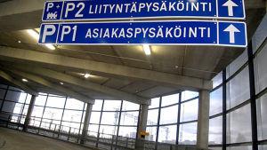 Matkakeskuksessa kyltit liityntäpysäköinti ja asiakaspysäköinti