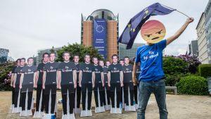 Viime vuoden toukokuussa EU-johtajat tivasivat Facebookin perustajalta Mark Zuckerbergilta Brysselissä, miten yhtiö aikoo suitsia valeuutisten levittämistä.