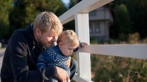 isä ja poika sillalla