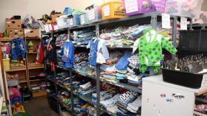 Pikkulasten vaatteita varastohyllyissä Hope Hämeenlinnan varastossa