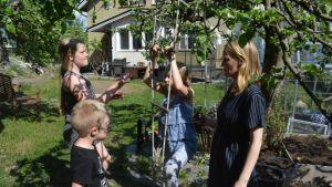 Turussa asuvan Satu Väistö ja lapset puutarhassa