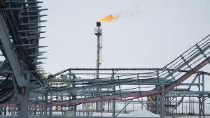 Ylijäämäkaasu poltetaan. Tätä kutsutaan soihduttamiseksi ja se lisää mustaa hiiltä arktisilla alueilla ja edesauttaa sen sulamista.