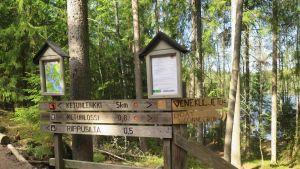 Opaste Lapinsalmen venekuljetuksen lähtöpaikalle Repoveden kansallispuistossa.
