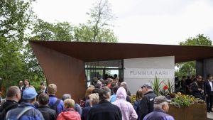 Funikulaarin lähtöasemalle kerääntyi paljon kaupunkilaisia rinnehissin avajaispäivänä.