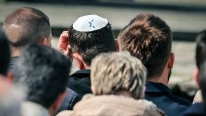Juutalainen kipa-päähine miehen päässä.