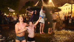Suomalaiset juhlivat Havis Amandalla Helsingissä Suomen jääkiekon  maailmanmestaruutta.