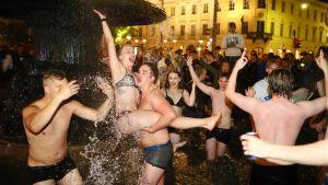 Ihmiset uivat Havis Amandan juurella Helsingissä.