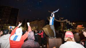 Ihmiset juhlivat Kouvolan torilla
