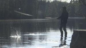 Harri Takkumäki kalastaa Kuittilankoskella