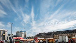 Laajakuva Turun väliaikaisesta kauppatorista. Taustalla Wiklund ja Börs, ihmisiä kävelee etualalla.