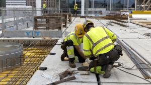 Rakennusmiehiä työmaalla.