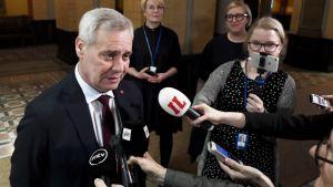 Antti Rinne säätytalolla maanantaina.