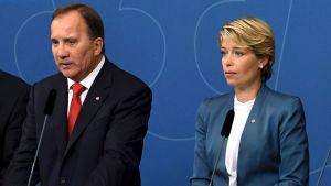 Annika Strandhäll saanee pitää paikkansa Ruotsin hallituksessa. Pääministeri Stefan Löfvenin (vas.) mielestä Strandhäll on yksi eniten vihaa sosiaalisessa mediassa kohdanneista naisista.