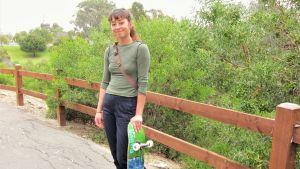 Skeittaaja Lizzie Armanto lautansa kanssa puistossa