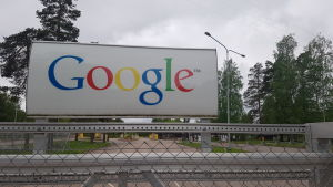 Googlen logo Summan entiseen paperitehtaaseen rakennetun palvelinkeskuksen portilla Haminassa.