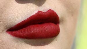 Punaiseksi maalatut huulet