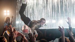Taron Egerton esittää  Elton Johnia Rocketman -elokuvassa.