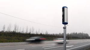 Uudenmallinen nopeusvalvontakamera Nelostiellä Sysmän Onkiniemessä.