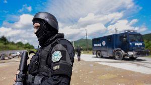Kosovon poliisin erikoisjoukot Cabran kylän maastossa.