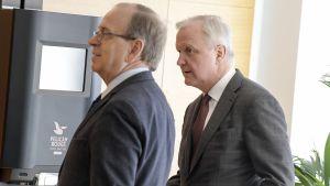 Erkki Liikanen ja Olli RehnSuomen Pankin järjestämässä Euro ja talous -tilaisuudessa Helsingissä