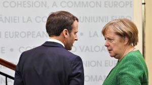 Emmanuel Macron ja Angela Merkel keskustelevat EU-kokouksen tauolla Romaniassa 9. toukokuuta.