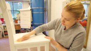 Lahtelainen Mari Leinonen on työkokeilussa Lahden kaupungin sisustustyöpajassa
